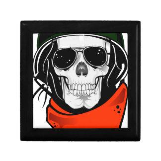 cráneo fresco con las gafas de sol y el casco cajas de recuerdo