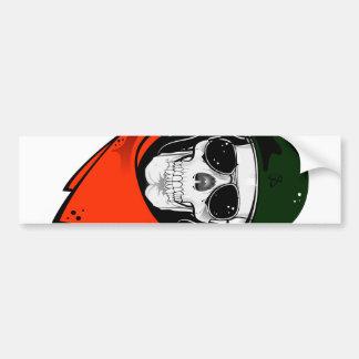 cráneo fresco con las gafas de sol y el casco etiqueta de parachoque