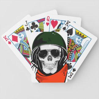 cráneo fresco con las gafas de sol y el casco barajas de cartas