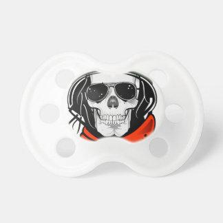 cráneo fresco con las gafas de sol y el casco chupetes para bebes