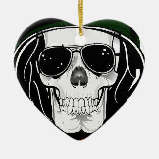 cráneo fresco con las gafas de sol y el casco ornamento de reyes magos
