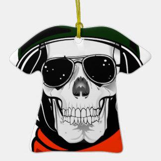 cráneo fresco con las gafas de sol y el casco adorno para reyes