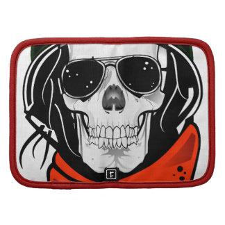 cráneo fresco con las gafas de sol y el casco planificador
