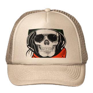 cráneo fresco con las gafas de sol y el casco gorro de camionero