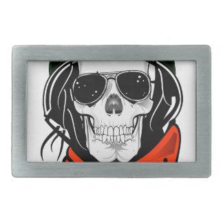 cráneo fresco con las gafas de sol y el casco hebilla de cinturon