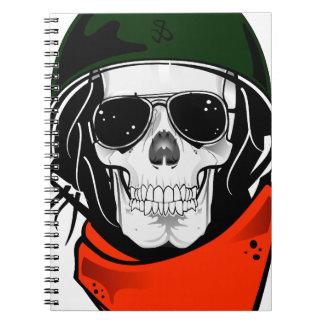 cráneo fresco con las gafas de sol y el casco libretas