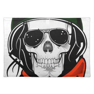 cráneo fresco con las gafas de sol y el casco manteles