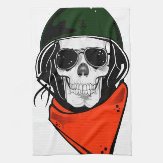 cráneo fresco con las gafas de sol y el casco toallas