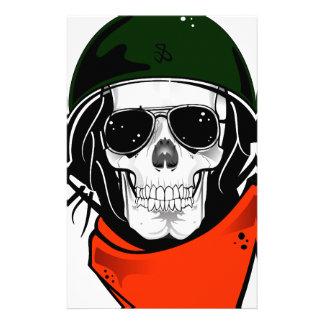 cráneo fresco con las gafas de sol y el casco papelería