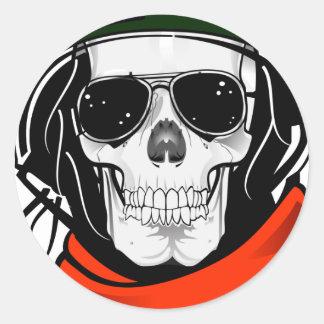 cráneo fresco con las gafas de sol y el casco etiqueta