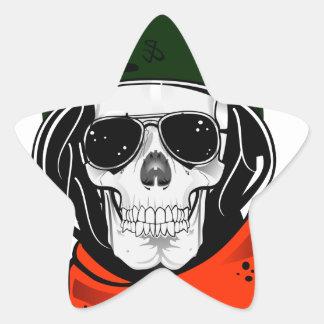 cráneo fresco con las gafas de sol y el casco colcomanias forma de estrella
