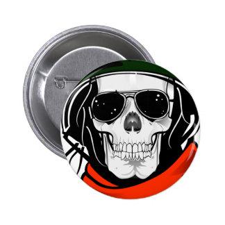 cráneo fresco con las gafas de sol y el casco pins