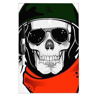 cráneo fresco con las gafas de sol y el casco pizarra blanca