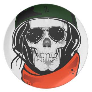 cráneo fresco con las gafas de sol y el casco plato