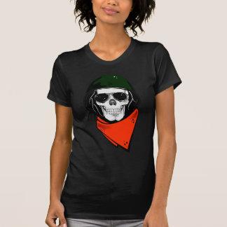 cráneo fresco con las gafas de sol y el casco camiseta