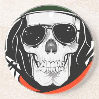 cráneo fresco con las gafas de sol y el casco posavasos personalizados