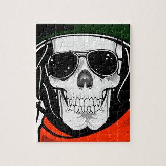 cráneo fresco con las gafas de sol y el casco rompecabezas