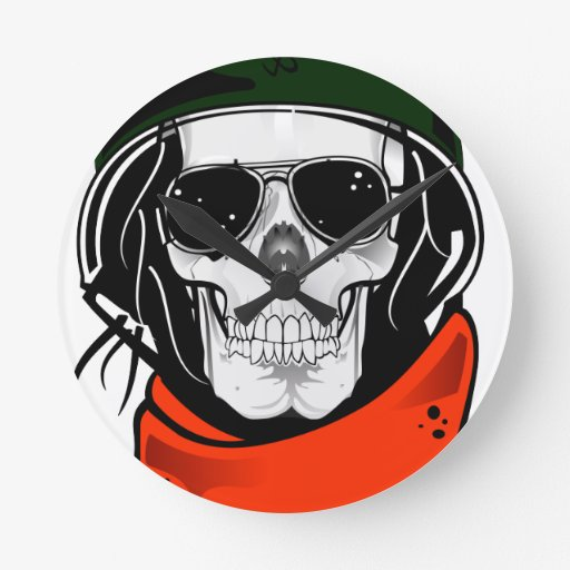 cráneo fresco con las gafas de sol y el casco relojes