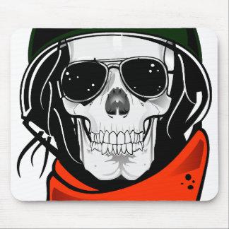 cráneo fresco con las gafas de sol y el casco tapete de ratones