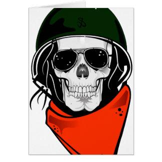 cráneo fresco con las gafas de sol y el casco tarjetón