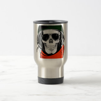 cráneo fresco con las gafas de sol y el casco taza de café