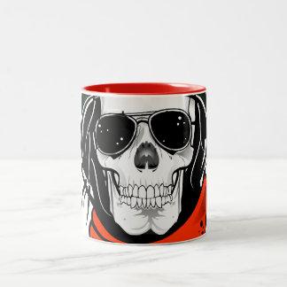 cráneo fresco con las gafas de sol y el casco taza