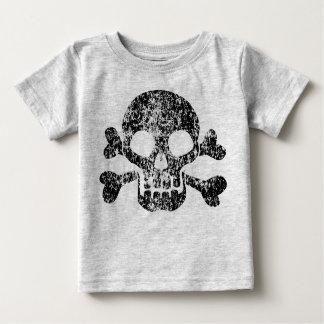 Cráneo gastado y bandera pirata playera de bebé