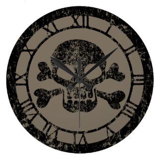 Cráneo gastado y bandera pirata reloj redondo grande
