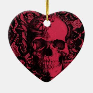 Cráneo gótico del cordón en de color rojo oscuro. adorno navideño de cerámica en forma de corazón