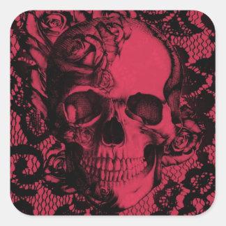Cráneo gótico del cordón en de color rojo oscuro. pegatina cuadrada