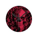 Cráneo gótico del cordón en de color rojo oscuro. relojes