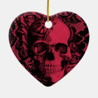 Cráneo gótico del cordón en rojo y negro adorno navideño de cerámica en forma de corazón