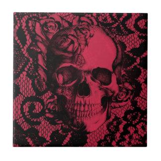 Cráneo gótico del cordón en rojo y negro azulejo cuadrado pequeño