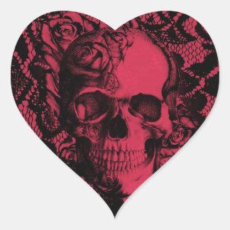 Cráneo gótico del cordón en rojo y negro pegatina en forma de corazón