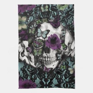 Cráneo gótico del cordón en trullo y púrpura toalla
