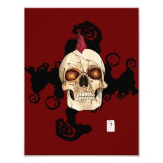 Cráneo gótico del punk rock con el Mohawk rojo Fotografía