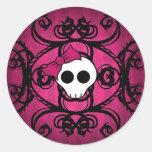 Cráneo gótico lindo en fuschia y negro pegatina redonda