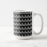 Cráneo gótico lindo y bandera pirata en los gorras taza de café