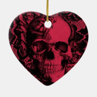 Cráneo gótico rojo y negro del cordón adorno navideño de cerámica en forma de corazón