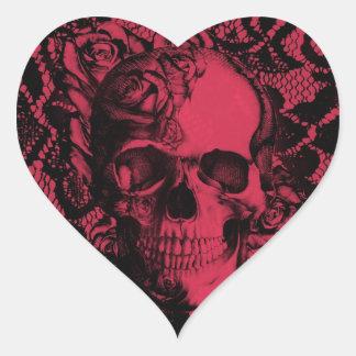 Cráneo gótico rojo y negro del cordón pegatina en forma de corazón