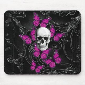 Cráneo gótico y mariposas púrpuras mouse pad
