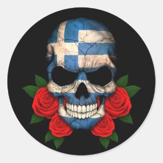 Cráneo griego de la bandera con los rosas rojos pegatina redonda