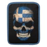 Cráneo griego de la bandera en negro manga de iPad