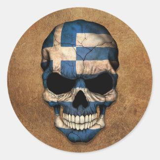 Cráneo griego envejecido y llevado de la bandera pegatina redonda