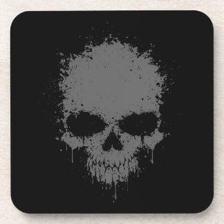 Cráneo gris oscuro de la salpicadura del goteo posavasos de bebida