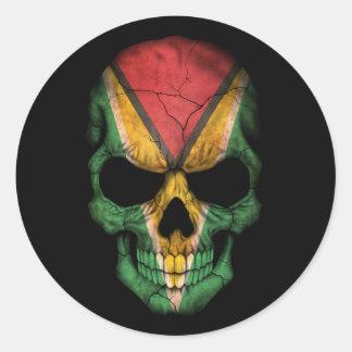 Cráneo guyanés adaptable de la bandera pegatina redonda