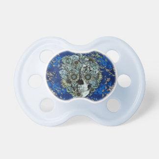 Cráneo hecho de mariposas en azul real chupetes para bebés