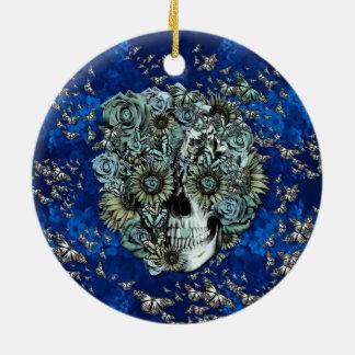 Cráneo hecho de mariposas en azul real ornaments para arbol de navidad