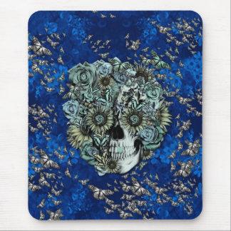 Cráneo hecho de mariposas en azul real mouse pad