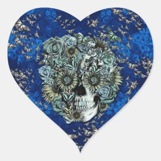 Cráneo hecho de mariposas en azul real pegatina en forma de corazón
